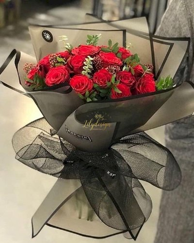 Bó hoa hồng đỏ gói giấy đen sang trọng - LDNK126